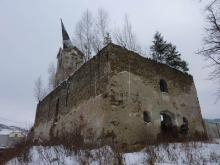 SZ pohľad na kostol so vzrastlou vegetáciou na odkrytých klenbách